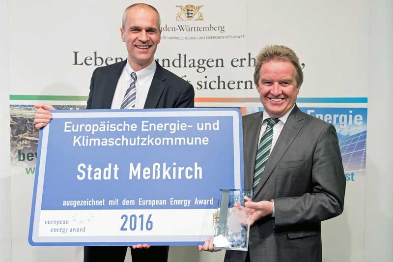 Bürgermeister Arne Zwick nimmt für Meßkirch die EEA-Auszeichnung in Silber entgegen