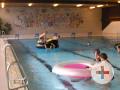 Badegäste im Hallenbad