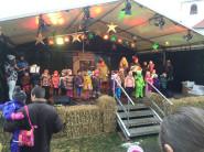 Auftritt des Kindesgartens auf der Bühne