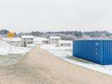 """Claudio Hils: Staufer-Kaserne Pfullendorf, Ausbildungszentrum Spezielle Operationen – """"Dinohausen"""", Zufahrt von Norden mit Standard-Seecontainer, 2020"""