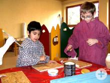 Kinder im Kindergarten beim Basteln