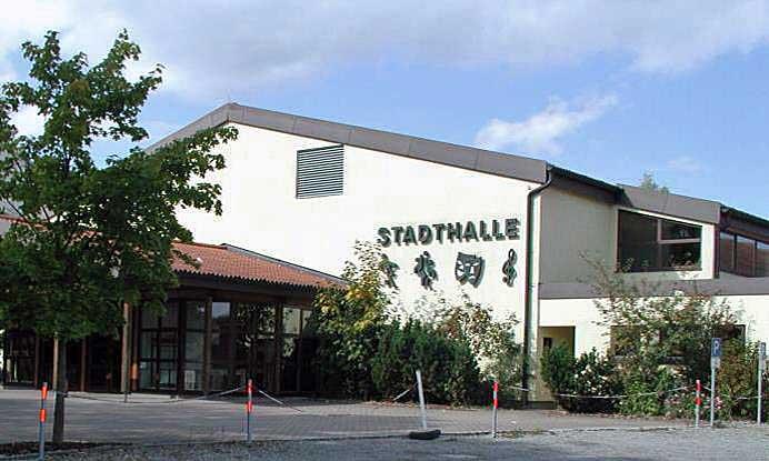 Stadthalle Meßkirch, Conradin-Kreutzer-Str. 45, Eingangsbereich mit Parkplatz