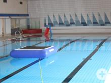 Hallenbad Meßkirch neue Spielgeräte - Trampolin im Wasser, Rutsche und Bällebad