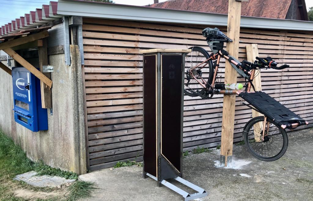 Fahrrad-Reparaturstation mit Schlauchautomat