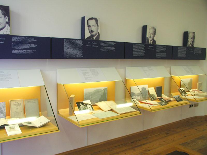 Schaukästen im Martin-Heidegger Museum